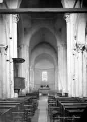 Eglise Saint-Jacques-et-Saint-Cyr - Vue intérieure de la nef, vers le choeur