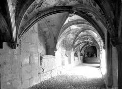 Ancienne cathédrale Notre-Dame - Cloître : vue intérieure d'une galerie, dite galerie des tombeaux