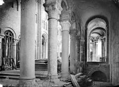 Eglise abbatiale Saint-Benoît - Vue intérieure du choeur vers le nord-est : piliers, côté sud