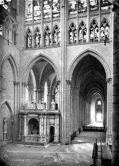 Basilique Saint-Denis - Vue intérieure du transept et du bas-côté sud, vers l'ouest