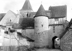 Porte fortifiée - Vue d'ensemble, côté fossés