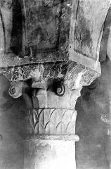 Cathédrale Notre-Dame - Crypte , chapiteau : crosses et décor feuillagé stylisé