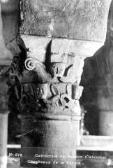 Cathédrale Notre-Dame - Crypte , chapiteau : têtes et décor stylisé