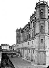 Domaine national de Saint-Germain-en-Laye, actuellement Musée des Antiquités Nationales - Façade sud et fossé, en perspective