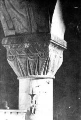 Cathédrale Notre-Dame - Intérieur, chapiteau : décor stylisé à effet de rideau tendu