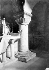 Cathédrale Notre-Dame - Intérieur, partie d'un autel, pilier à chapiteau : décor stylisé à effet de rideau tendu