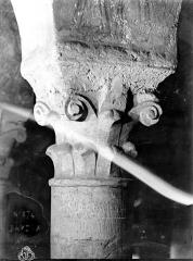 Cathédrale Notre-Dame - Intérieur, chapiteau : crosses et volutes