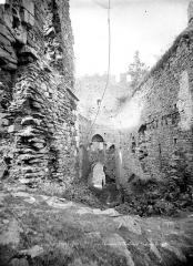 Ruines du château Chalusset - Passage fortifié