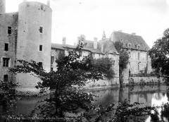 Domaine de Saint-Loup - Façade et donjon, côté douves