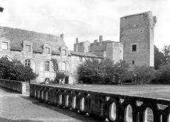 Domaine de Saint-Loup - Façade et donjon, côté jardin