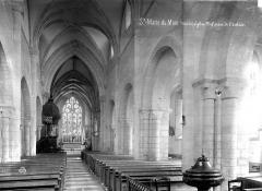Eglise et sa place - Vue intérieure de la nef, vers le choeur