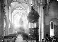 Eglise et sa place - Vue intérieure de la nef, vers l'ouest