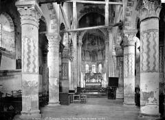 Eglise Saint-Nectaire - Vue intérieure de la nef, vers le choeur