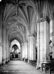 Ancienne abbaye - Vue intérieure du bas-côté nord, vers l'est