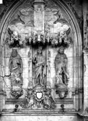 Ancienne abbaye - Vue intérieure du transept sud : statues
