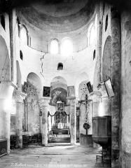Eglise Saint-Robert - Eglise, vue intérieure du transept nord : colonnes et chapiteaux