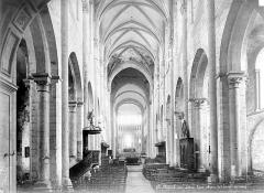 Eglise abbatiale Saint-Benoît - Vue intérieure de la nef, vers le choeur