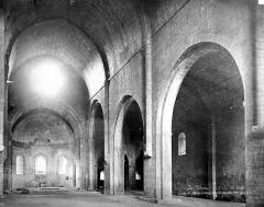 Ancienne abbaye - Eglise : Vue intérieure de la nef, vers le sud-est