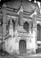 Château des Ducs de la Trémoïlle - Chapelle : entrée extérieure de la crypte