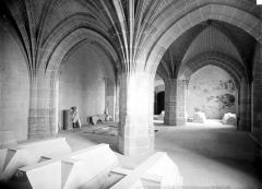 Château des Ducs de la Trémoïlle - Chapelle : vue intérieure de la crypte