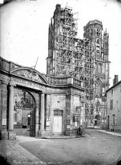 Ancienne cathédrale Saint-Etienne et son cloître - Façade ouest échafaudée