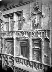 Maison des Têtes - Façade sur rue : fenêtres des étages
