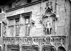 Maison des Têtes - Façade sur rue : fenêtres du 1er étage
