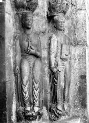 Eglise Saint-Just - Portail de la façade nord. Statues du piédroit droit : sainte Hélène et saint Pasteur