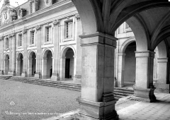Domaine du château de Valençay - Galerie et façade de la cour d'honneur