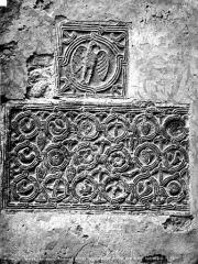 Ancienne cathédrale de la Nativité-de-Notre-Dame - Bas-reliefs encastrés dans le mur : Aigle et entrelacs