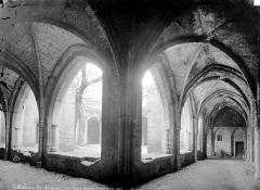 Eglise Notre-Dame - Cloître : vue intérieure des galeries