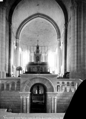Eglise - Vue intérieure du choeur et entrée de la crypte