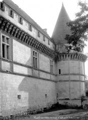 Château - Façade sur les fossés et tour d'angle