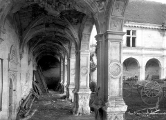Château - Cour : vue intérieure de la galerie
