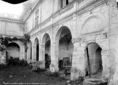 Château - Cour : galerie d'arcades