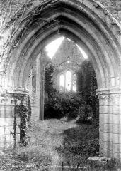 Chapelle Saint-Lubin à Yèvre-le-Châtel - Portail de la façade ouest et vue intérieure de la nef
