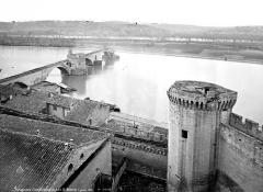 Remparts et leurs abords - Vue générale prise du haut d'une tour vers le pont