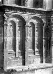 Eglise Saint-Martin (ancienne collégiale) - Portail de la façade ouest : soubassement