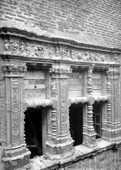 Maison Renaissance - Façade sur rue : Fenêtres