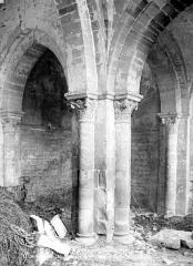 Eglise Notre-Dame du Pré (ruines) - Vue intérieure du bas-côté nord : piles et chapiteaux