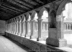 Couvent des Carmes - Cloître : vue intérieure de la galerie ouest