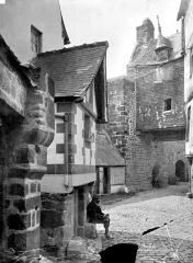 Abbaye et dépendances - Rue conduisant au château