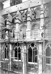 Ancienne cathédrale, actuellement église Notre-Dame, et cloître - Façade nord : fenêtres et contreforts