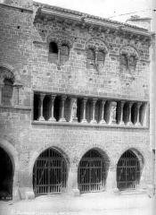 Ancien hôtel de ville - Façade principale : Galerie d'arcades et fenêtres géminées