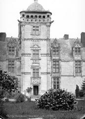 Château de Saint-Ouen - Façade sud : Tour carrée du logis central