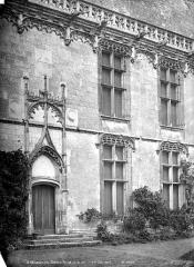 Château et ses abords - Aile de Longueville, côté sud : Porte et fenêtres de la façade sur cour