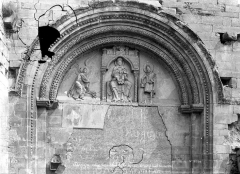 Eglise Notre-Dame du Pré (ruines) - Portail de la façade ouest : Tympan sculpté