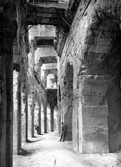 Amphithéatre ou Arènes - Vue intérieure de la galerie du rez-de-chaussée