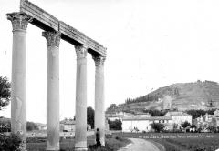 Vestiges antiques correspondant à trois états d'occupation - Restes antiques : Quatre colonnes supportant un linteau