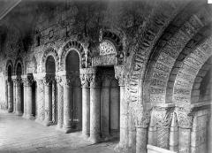 Ancienne abbaye Saint-Aubin, actuelle préfecture - Cloître : Arcatures à l'intérieur de la galerie